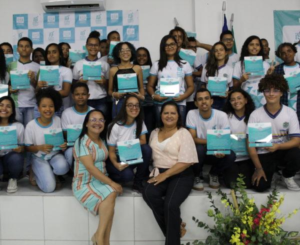 Prefeita Célia Sales com os alunos homenageados