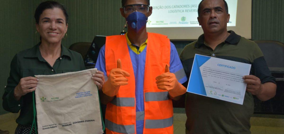 Catadores de materiais recicláveis participam de oficina sobre cooperativa